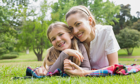 Happy mother with daughter lying at parkの写真素材 [FYI00001150]