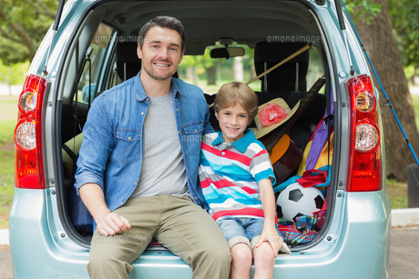 Happy father and son sitting in car trunkの写真素材 [FYI00001152]