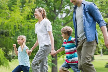 Parents and kids walking in parkの写真素材 [FYI00001154]
