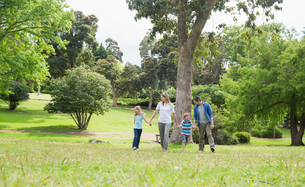 Parents and kids walking in parkの写真素材 [FYI00001161]