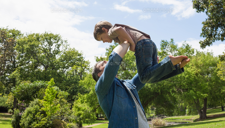 Father carrying son at the parkの写真素材 [FYI00001174]