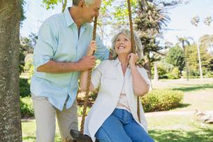 Loving mature couple at parkの写真素材 [FYI00001178]