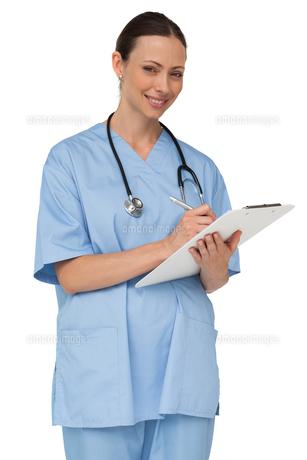 Happy nurse writing on clipboardの写真素材 [FYI00001182]