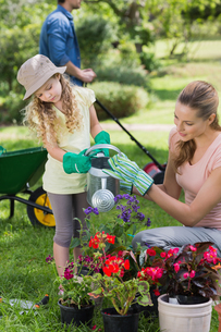 Mother with daughter watering plantsの写真素材 [FYI00001188]