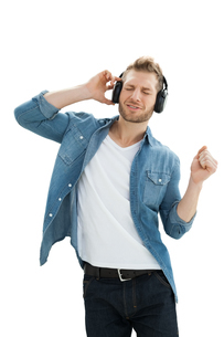 Handsome of a young man enjoying musicの写真素材 [FYI00001189]