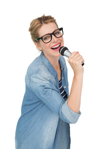 Portrait of beautiful woman singing into a microphoneの写真素材 [FYI00001200]