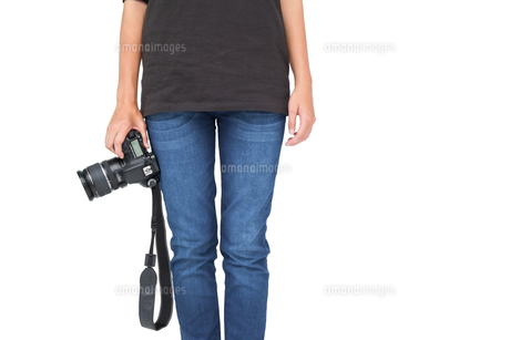 Mid section of a woman holding cameraの写真素材 [FYI00001207]