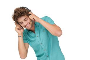 Portrait of a young man enjoying musicの写真素材 [FYI00001213]