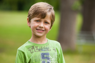 Portrait of a smiling young boy at parkの写真素材 [FYI00001221]