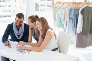 Fashion designers discussing designs in studioの写真素材 [FYI00001223]