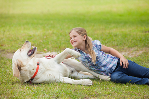 Happy girl playing with pet dog at parkの写真素材 [FYI00001226]
