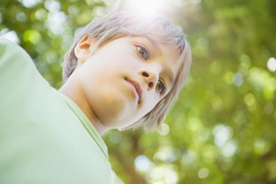 Low angle view of a boy at parkの写真素材 [FYI00001236]