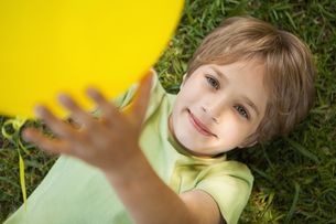 Young boy with yellow balloon at parkの写真素材 [FYI00001237]