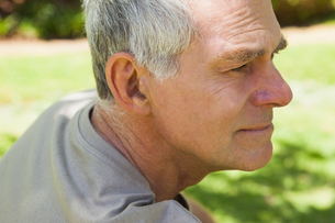 Thoughtful mature man at parkの写真素材 [FYI00001246]