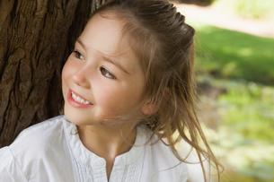 Smiling young girl looking away in parkの写真素材 [FYI00001255]
