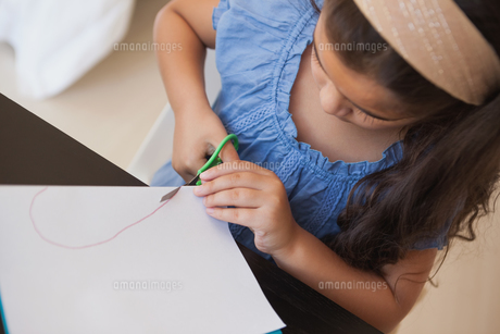 High angle close-up of a girl cutting chart paperの写真素材 [FYI00001266]