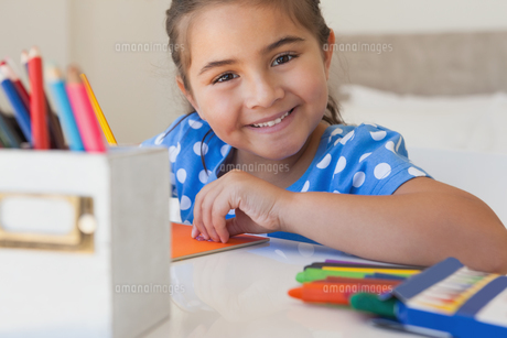 Close-up portrait of a girl drawingの写真素材 [FYI00001271]