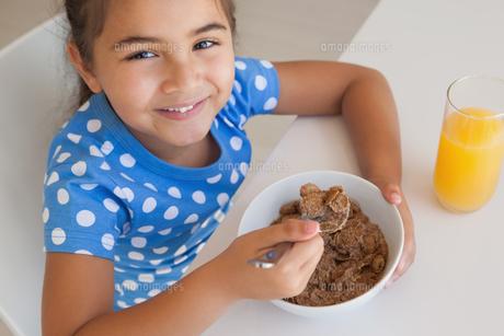 Portrait of a young girl having breakfastの写真素材 [FYI00001272]