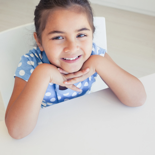 Close-up of a smiling girl at tableの写真素材 [FYI00001273]