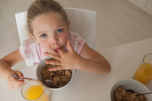 High angle portrait of a girl having breakfastの写真素材 [FYI00001278]