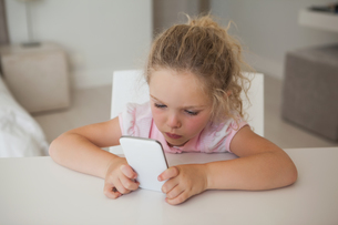 Concentrated young girl text messagingの写真素材 [FYI00001286]