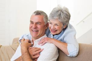Retired couple embracingの写真素材 [FYI00001288]
