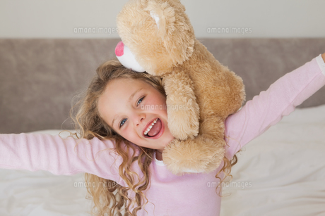 Young happy girl with stuffed toyの写真素材 [FYI00001289]