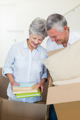 Happy senior couple moving into new homeの写真素材 [FYI00001293]