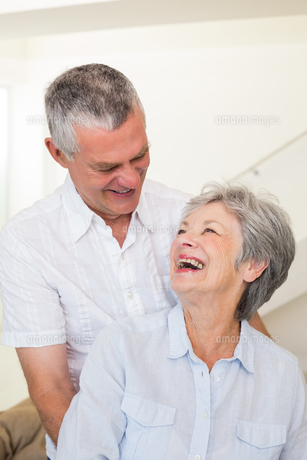 Retired couple embracing and smiling at each otherの写真素材 [FYI00001300]