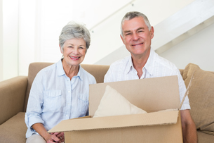 Cheerful senior couple moving into new homeの写真素材 [FYI00001303]