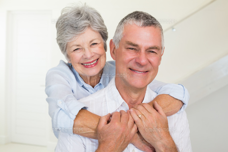 Affectionate retired couple smiling at cameraの写真素材 [FYI00001304]