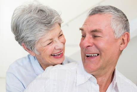 Retired couple smiling at each other and huggingの写真素材 [FYI00001305]