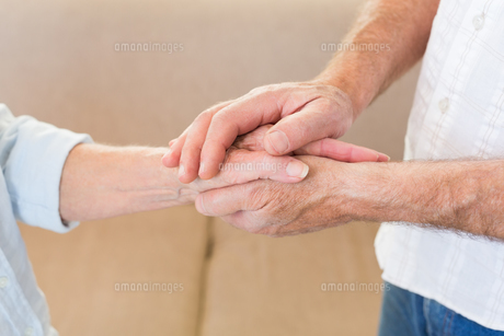 Retired couple touching handsの写真素材 [FYI00001306]