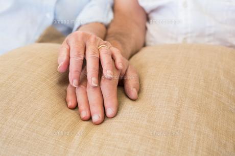 Retired couple holding handsの写真素材 [FYI00001307]