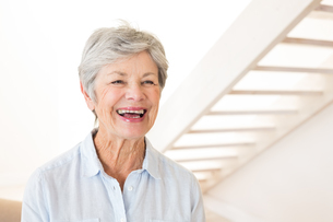 Retired woman smiling and laughingの写真素材 [FYI00001316]