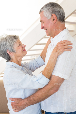 Affectionate senior couple dancing togetherの写真素材 [FYI00001318]