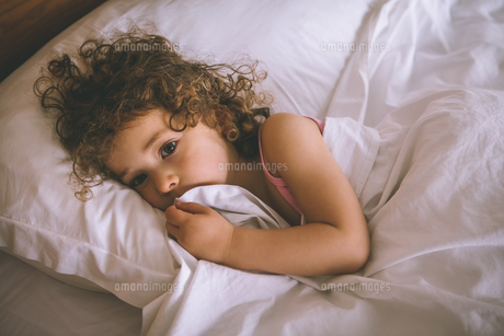 Portrait of a young girl resting in bedの素材 [FYI00001326]