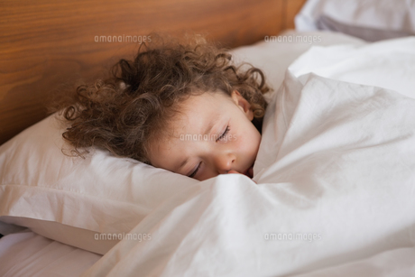Close-up of a cute girl sleeping in bedの写真素材 [FYI00001335]