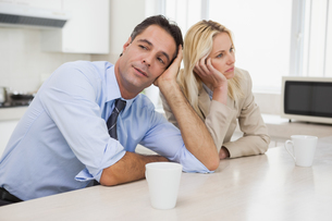 Business couple not talking after an argument in kitchenの写真素材 [FYI00001351]