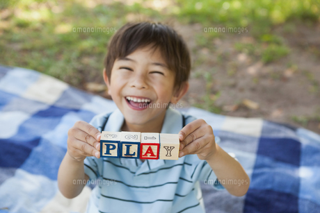 Happy boy holding block alphabets as play at parkの写真素材 [FYI00001361]