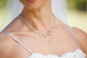 Mid section of a beautiful bride wearing a necklaceの写真素材 [FYI00001368]