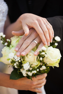 Newlywed couple with wedding rings and bouquetの写真素材 [FYI00001372]