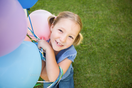 Portrait of a girl with colorful balloons at parkの写真素材 [FYI00001376]