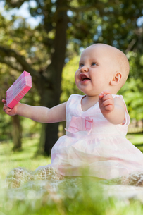 Cute happy baby holding with a box at parkの写真素材 [FYI00001385]