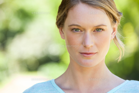 Close-up portrait of beautiful woman in parkの写真素材 [FYI00001389]