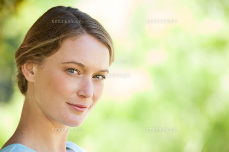 Close-up portrait of beautiful woman in parkの写真素材 [FYI00001394]