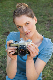 Portrait of a beautiful female photographer at parkの写真素材 [FYI00001435]
