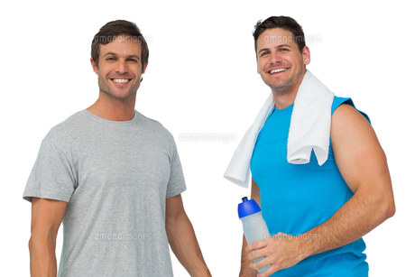 Portrait of two fit young men with water bottle and towelの写真素材 [FYI00001452]