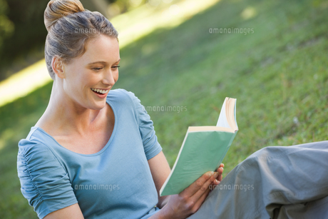 Woman reading book in parkの写真素材 [FYI00001455]