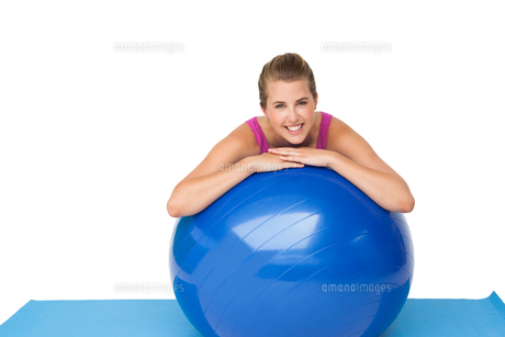 Portrait of a fit smiling woman with fitness ballの写真素材 [FYI00001470]
